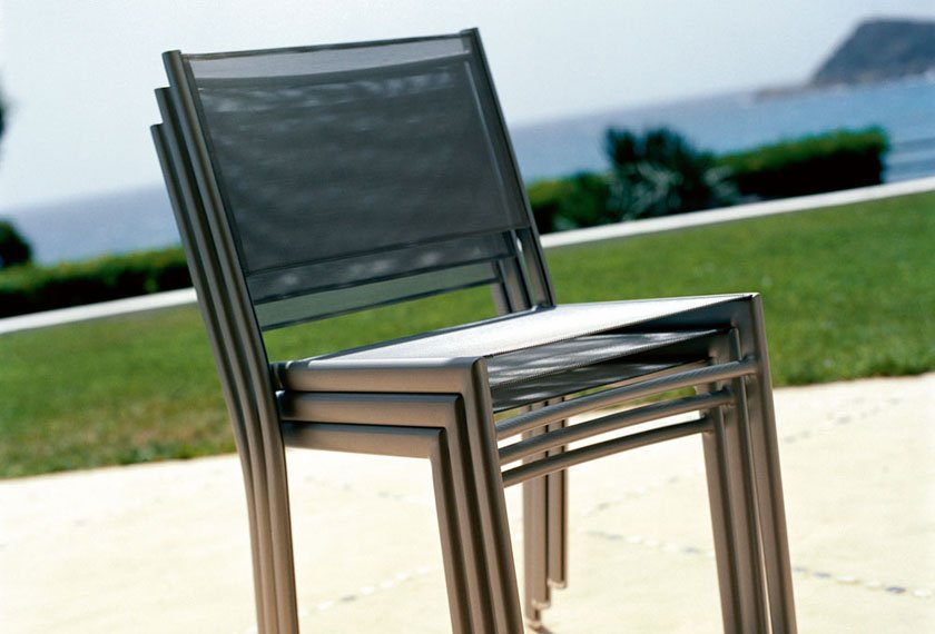 detail chaises grise emplilees costa fermob