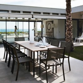 table et chaises marron rouille terrasse piscine costa fermob