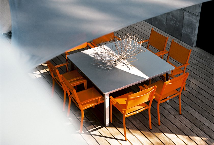 table et chaises orange carotte terrasse bois costa fermob